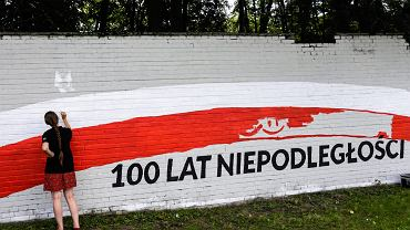 Malowanie muralu w Krakowie na 100-lecie niepodległości