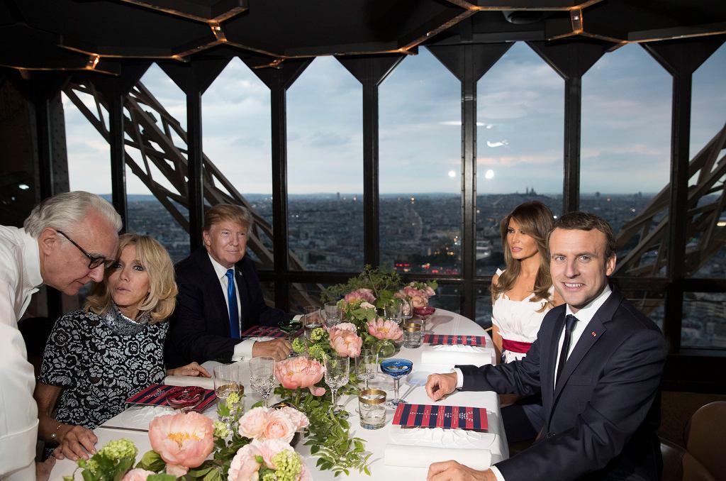 Pary prezydenckie Francji i USA podczas kolacji w restauracja Le Jules Verne w wieży Eiffela