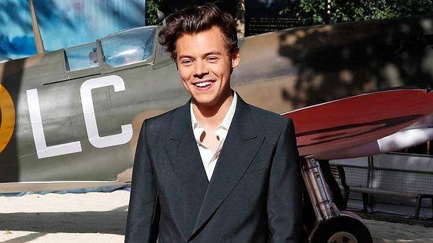 Brytyjski muzyk, który kiedyś należał do grupy One Direction, znalazł się  na liście potencjalnych kandydatów do roli Jamesa Bonda. Wokalista ma już za sobą debiut w filmowym świecie. Czy to możliwe, że Harry Styles zostanie nowym agentem 007?!