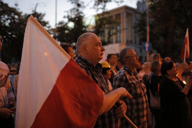 Zdjęcie numer 24 w galerii - Tłumy przed Sądem Okręgowym w Łodzi. Protest przeciwko zmianom PiS w sądownictwie [ZDJĘCIA]