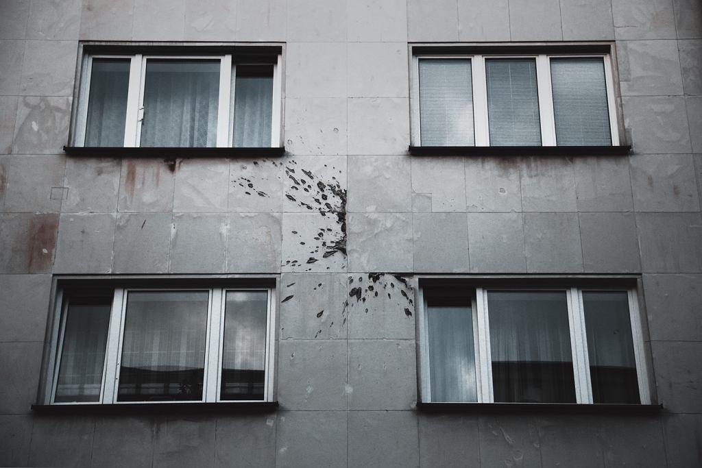 Ślad po wybuchu częściowo załatany na kamienicy przy Rakowieckiej 41 widok od Asfaltowej.