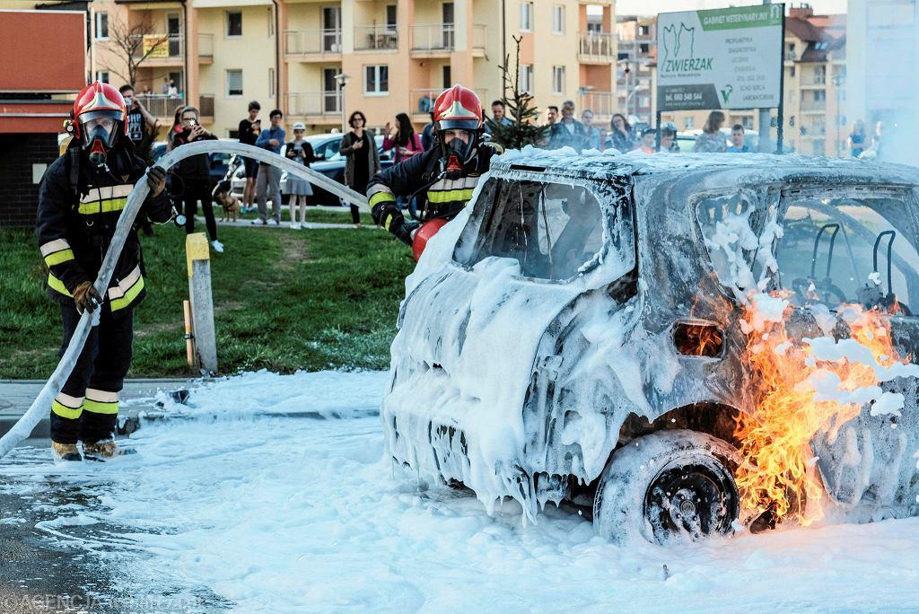 Pożar samochodu przy ul. Leskiej. Akcja straży pożarnej