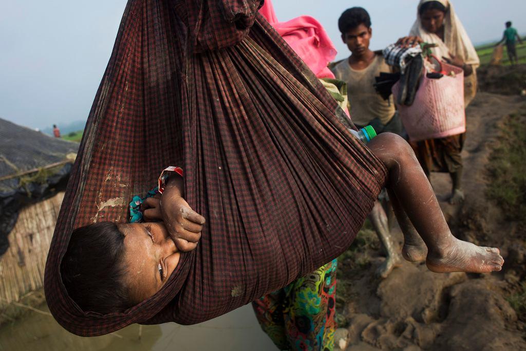 Rohingya uciekają przed represjami i przekraczają granicę Mjanmy z Bangladeszem