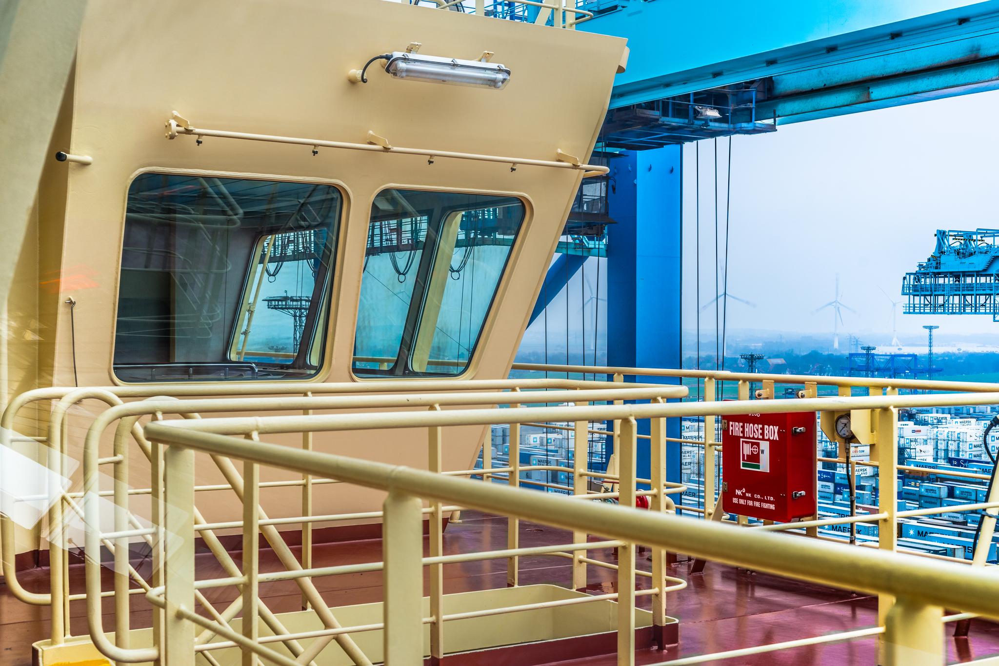 Widok z mostka Mayview Maersk na terminal kontenerowy NTB w Bremerhaven (fot. Robert Urbaniak)