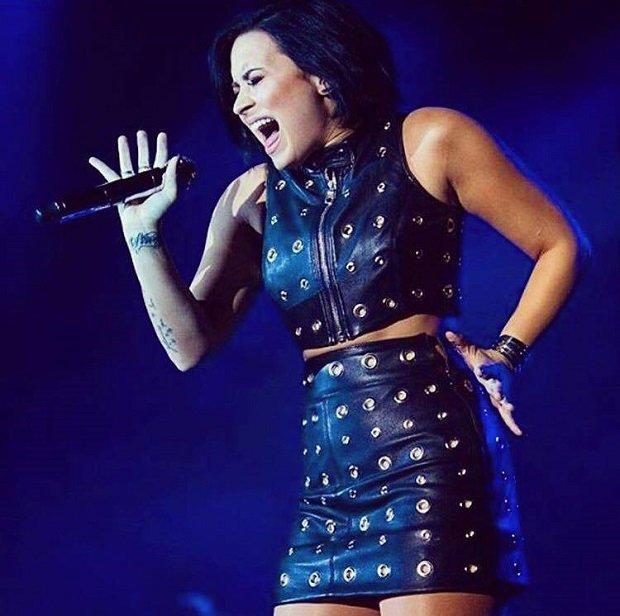 """Demi Lovato już nie raz udowodniła, że jej głos nie potrzebuje wspomagaczy. Swoją wersją acapella kawałka zespołu Paamore """"Misery Business"""" porwała tłum fanów podczas imprezy Emo Nite L.A. Zobaczcie sami!"""