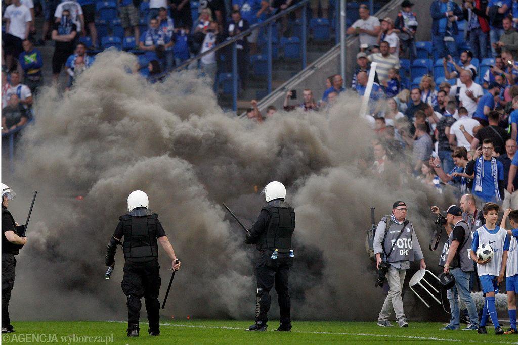 Poznań, 20 maja 2018 r. Mecz ekstraklasy Lech Poznań - Legia Warszawa. Kibice wtargnęli na boisko, interweniowała policja