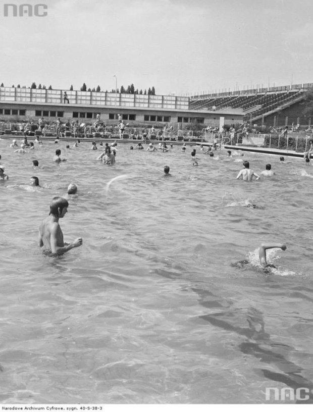 Kąpiący się na basenach RKS Skra przy ul. Wawelskiej 5 w Warszawie, 1976-07