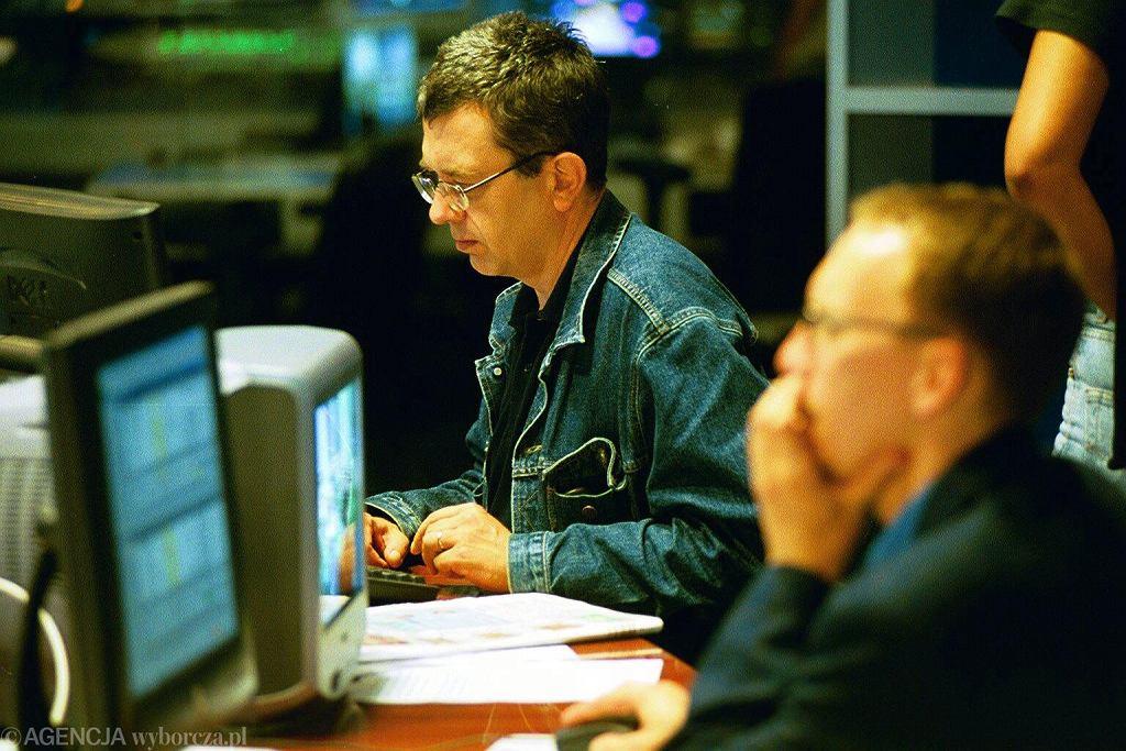 10 sierpnia 2001 r. Grzegorz Miecugow w studiu TVN24. Telewizja zaczęła działać dzień wcześniej (fot. Wojciech Olkuśnik / Agencja Gazeta)