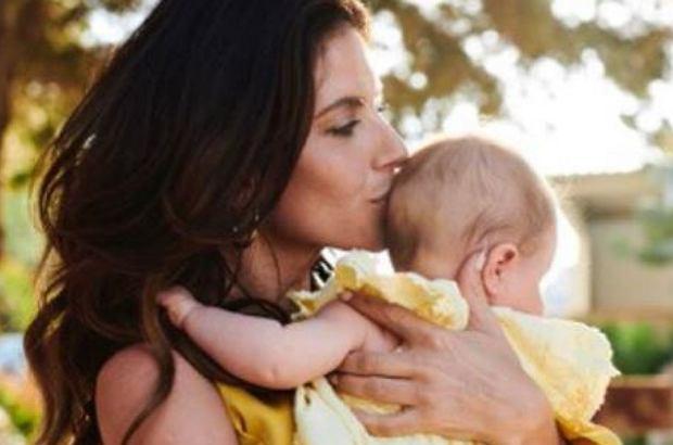 Weronika Rosati pokazała zdjęcie ze spaceru z córką. Nie spodziewała się, że przez fotografię spłynie na nią fala krytyki. Młodym mamom nie spodobał się sposób, w jaki aktorka nosi dziecko.