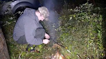Kadr z filmu prezentujący amatorskie poszukiwania węża