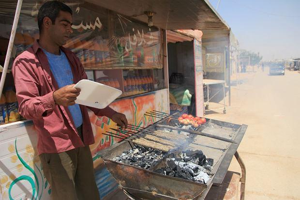 Muhammad prowadzi knajpie w obozie Zaatari. W Syrii także sprzedawał jedzenie