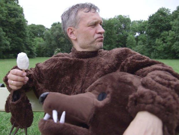 Micha� �ebrowski w stroju nied�wiedzia atakuje ludzi w parku. Spokojnie, to kolejna ods�ona akcji WWF