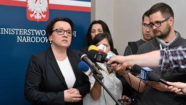 """MEN nie wyda oficjalnej rekomendacji dla szkół w sprawie """"Smoleńska"""" - ale minister Zalewska delikatnie zachęca"""