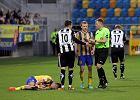 Arka Gdynia - Sandecja Nowy Sącz 0:0. Marcin Radzewicz dyskutuje z arbitrem, na murawie leży Piotr Tomasik