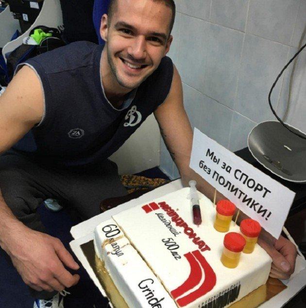 Aleksander Markin z tortem z meldonium