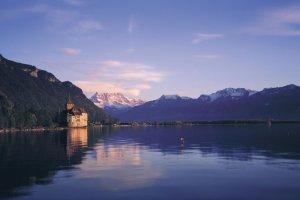 """Czy zaraz zza rogu wyjdzie któryś z bohaterów """"Gry o tron""""? Zamek Chillon na skalistej wyspie Jeziora Genewskiego"""