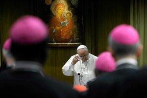 Ko�ci� si� zmitygowa�. Watykan wys�a� nowe t�umaczenie z synodu. Koniec z ciep�ym przyj�ciem homoseksualist�w