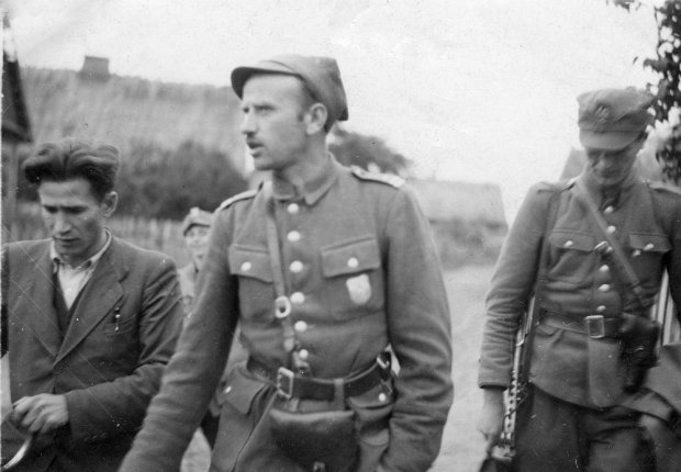 """Pułkownik  """"Łupaszka"""" spoczął na Powązkach. Potężny orszak przeszedł ulicami Warszawy [ZDJĘCIA]"""