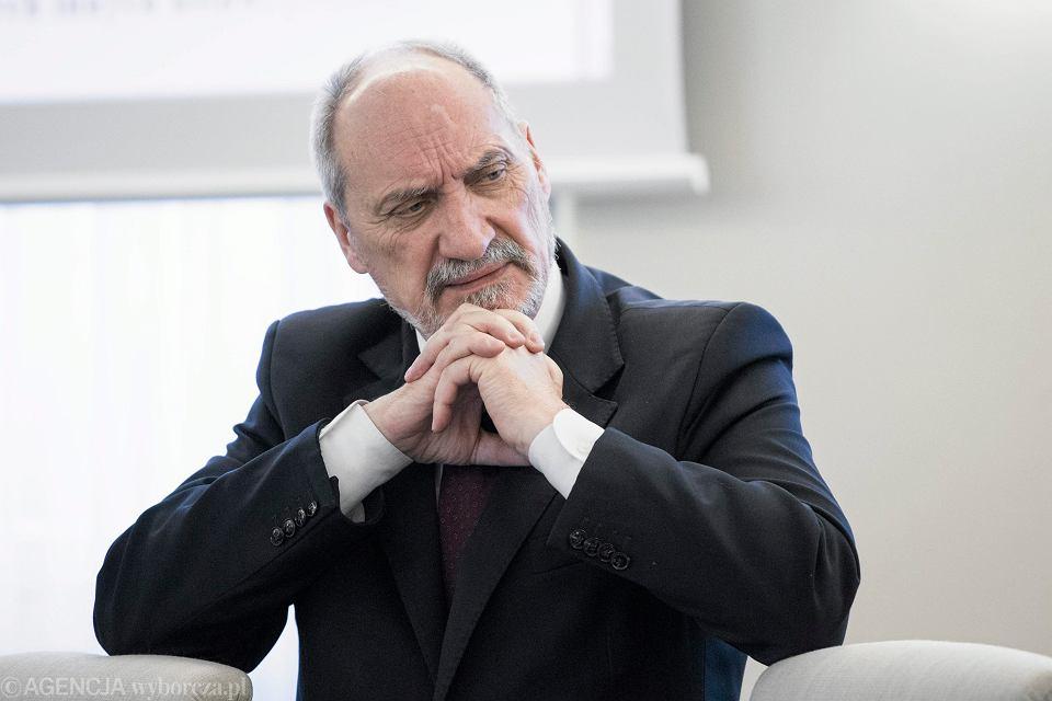 Antoni Macierewicz podczas posiedzenia Rady Ministrów .