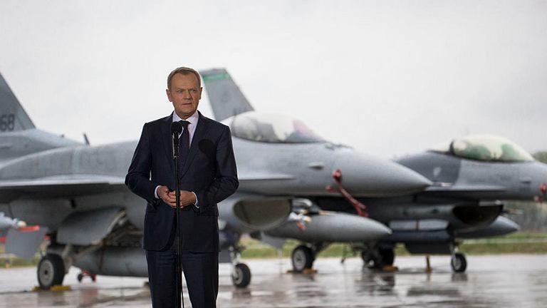 Premier Donald Tusk w bazie wojskowej w Łasku