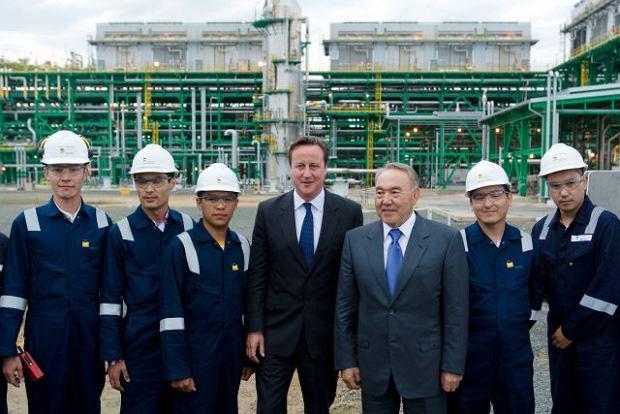 30 czerwca, premier Wielkiej Brytanii David Cameron i Nursułtan Nazarbajew (w rafinerii kazachskiej Bolszak