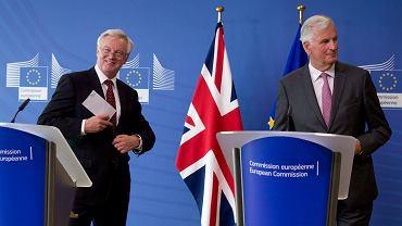 W Brukseli rozpoczęła się trzecia runda negocjacji w sprawie brexitu. Unijny negocjator Michel Barnier (z prawej) i jego brytyjski odpowiednik,David Davis.