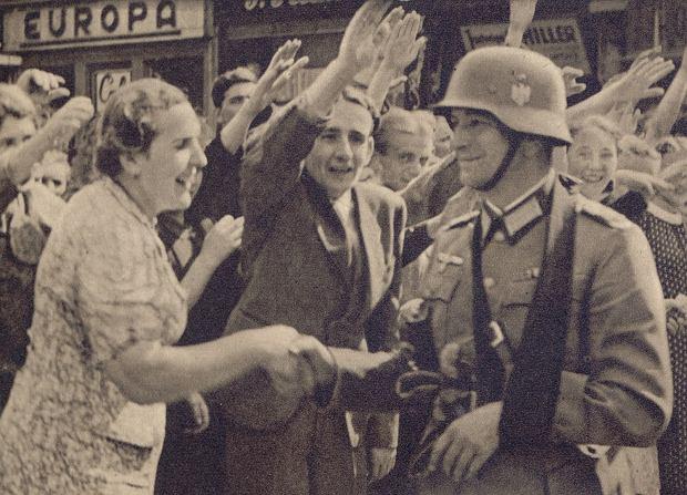 4 września 1939 r. Niemcy mieszkający w Katowicach witają wkraczających do miasta żołnierzy Wehrmachtu
