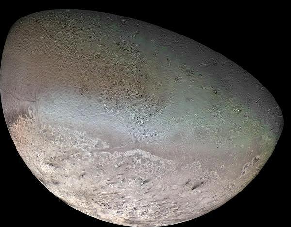 Zdjęcie wykonane w 1989 roku ukazuje jeden z trzynastu księżyców Neptuna - Trytona. Satelita ten w 25% składa się z lodu, a w 75% ze skał. Jego powierzchnia odpowiada 4,5% powierzchni Ziemi. Jest o 22% mniejszy od Księżyca.