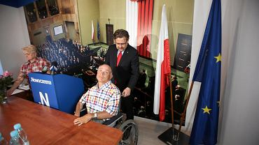 Jakie problemy ma niepełnosprawny z zakupem wózka inwalidzkiego w biurze poselskim Piotra Misiło mówili Sebastian Nyczkowski i jego mama Emilia Nyczkowska. Piotr Misiło napisał interpelację do ministra zdrowia