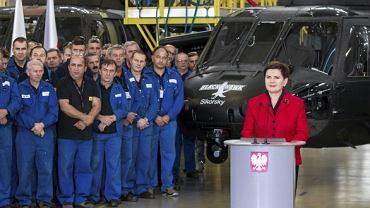 Antoni Macierewicz podczas wizyty w zakładach PZL Mielec produkujących śmigłowce Black Hawk, październik 2016 roku