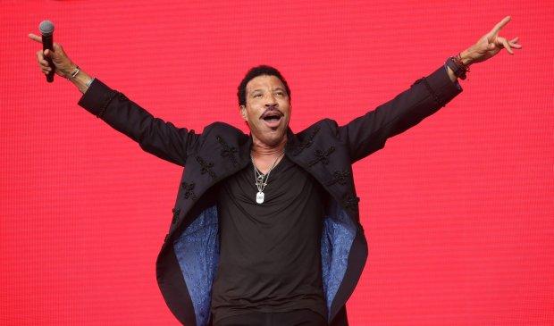 Lionel Richie odroczył nadchodzącą trasę koncertową z Mariah Carey, aby w pełni zregenerować siły po operacji kolana.