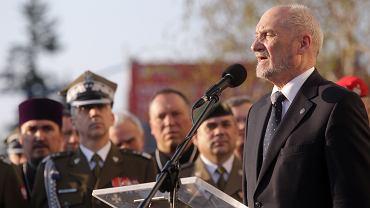 Minister obrony narodowej Antoni Macierewicz podczas uroczystości odsłonięcia pomnika prezydenta Lecha Kaczyńskiego