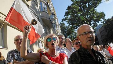 Ok. 300 osób protestowało pod Ministerstwem Edukacji Narodowej przeciw planowanym zmianom. Wśród inicjatorów pikiety było kilkanaście organizacji pozarządowych, Związek Nauczycielstwa Polskiego oraz Komitet Obrony Demokracji. Nikt z MEN nie wyszedł do pikietujących. 01.09.2016 Warszawa