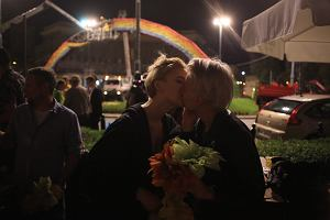 Kwiaty, poca�unki i selfie. Tak warszawiacy �egnali si� z t�cz� na placu Zbawiciela
