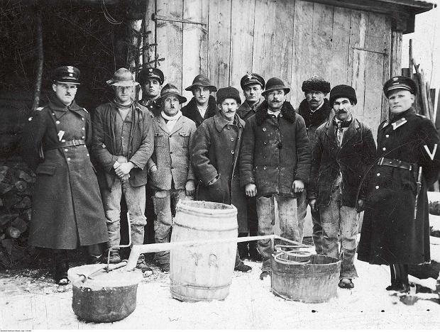 Likwidacja nielegalnej bimbrowni przez funkcjonariuszy Policji Państwowej iStraży Granicznej wKrościenku. Wśród zatrzymanych byli policjanci ipogranicznicy (1925-1939)