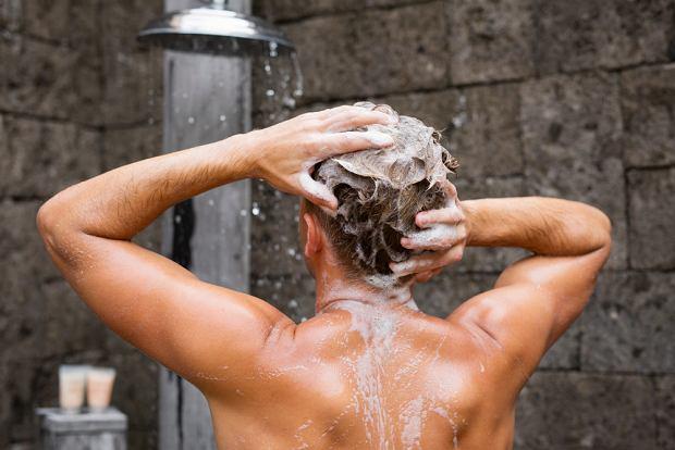 Jeśli masz skłonności do łupieżu, pamiętaj, by głowę myć letnią wodą i nie używać nadmiaru kosmetyków