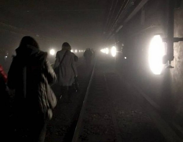 Ewakuacja pasa�er�w ze stacji metra Maelbeek w Brukseli po ataku terrorystycznym.