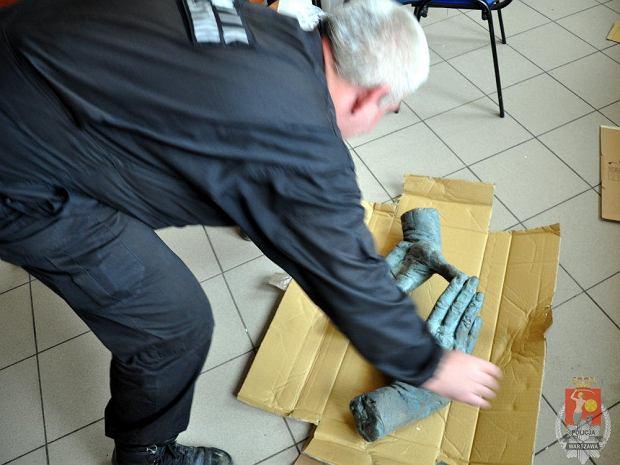 Znaleziono rze�b� z grobu Kie�lowskiego. Zatrzymano 2 osoby