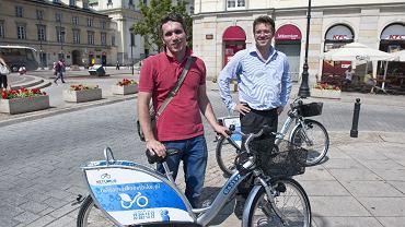 Łukasz Puchalski (z lewej) - pełnomocnik warszawskiego ratusza ds. rowerowych oraz Ralf Kalupner - szef firmy NextBike, która jest operatorem systemu Veturilo