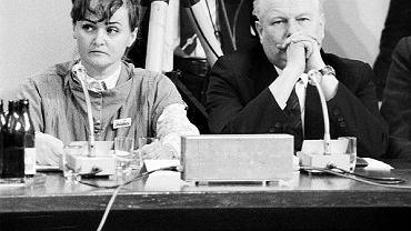 Zarówno podczas obrad plenarnych Okrągłego Stołu, jak i przed kamerami państwowej telewizji wszyscy członkowie strony społecznej występowali ze znaczkami 'Solidarności'. Chodziło o to, by widzowie mieli jasność, kogo reprezentują, gdyż logo związku stanowiło niezwykle rozpoznawalny symbol. Na zdjęciu Grażyna Staniszewska i nieżyjący już prof. Andrzej Stelmachowski (wybrany na senatora i marszałka Senatu I kadencji), wówczas doradca rolniczej 'Solidarności' i ekspert Episkopatu.