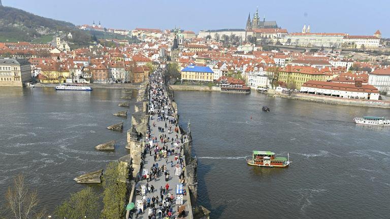 Most Karola i panorama miasta w Pradze