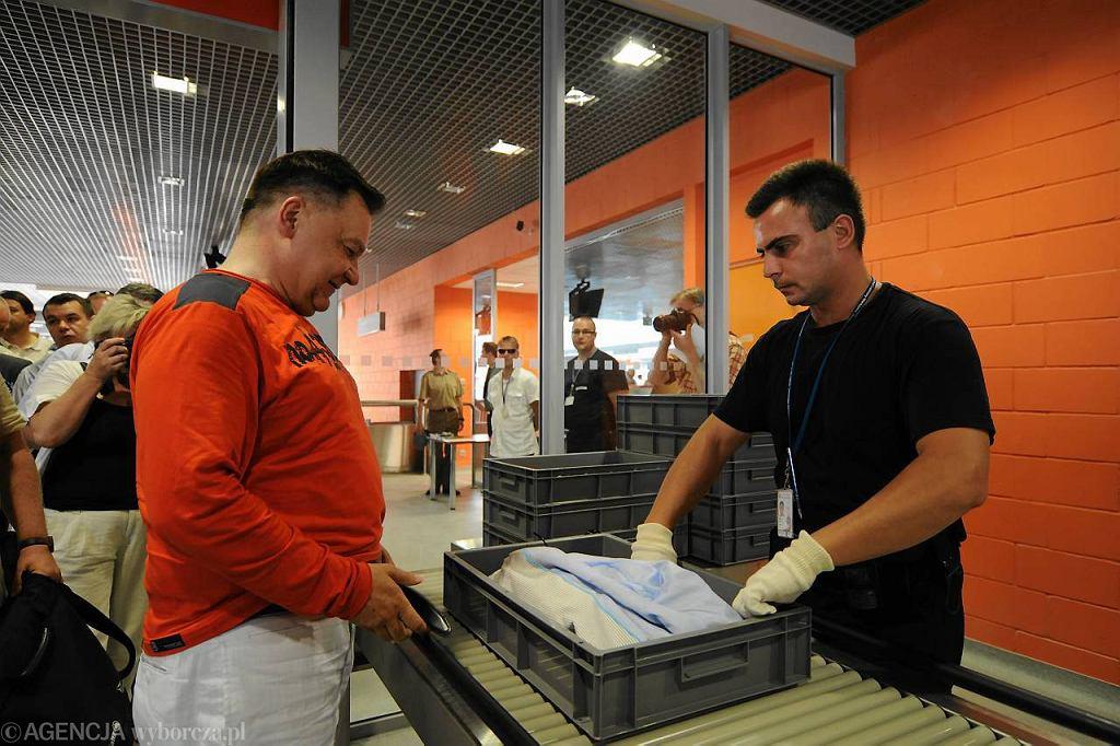 Marszałek Mazowsza Adam Struzik odwiedza lotnisko w Modlinie w lipcu 2012 r.