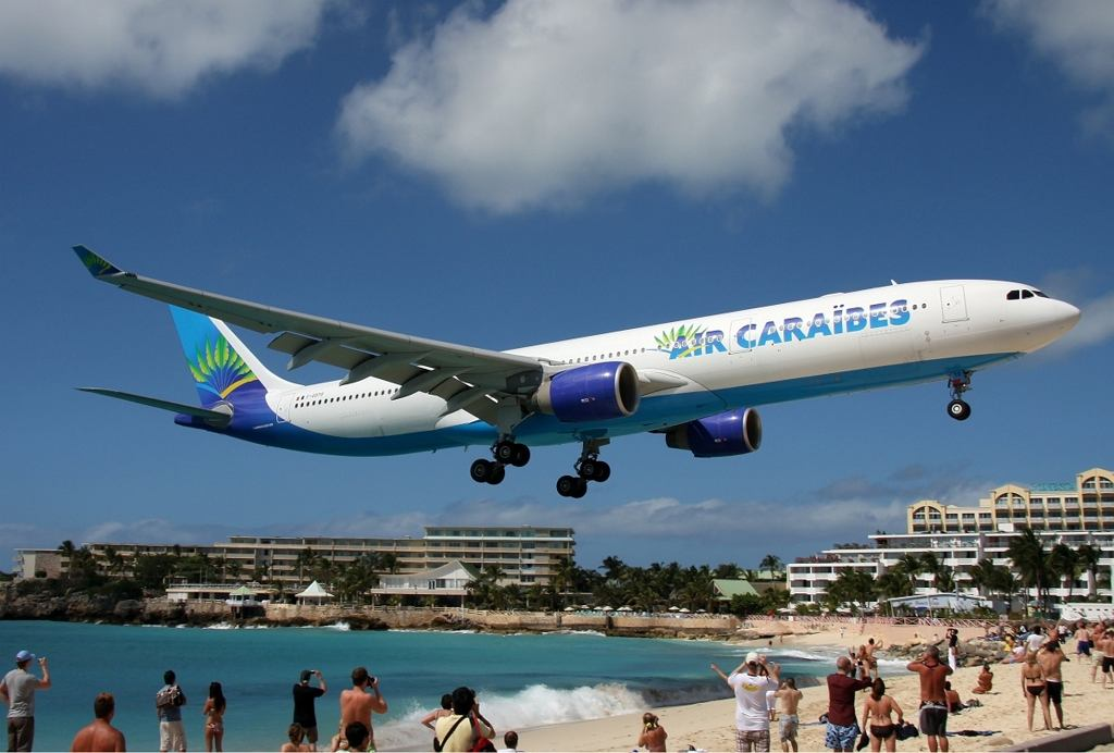 Air Cara?bes Airbus A330-300 nad Maho Beach tuż przed podejściem do lądowania (fot. Timo Breidenstein / Wikimedia.org / GFDL-1.2)