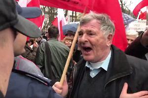 Poseł PO wszedł z kamerą między uczestników prorządowego protestu. Na szubienicę z nim!