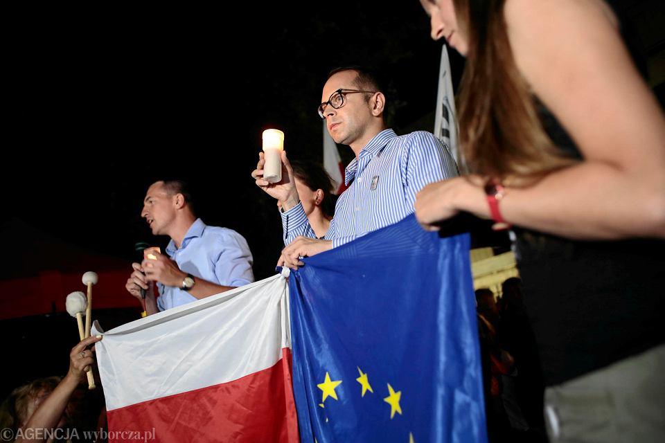 24.07.2018, protesty pod Senatem. Przemawia poseł PO Michał Szczerba.