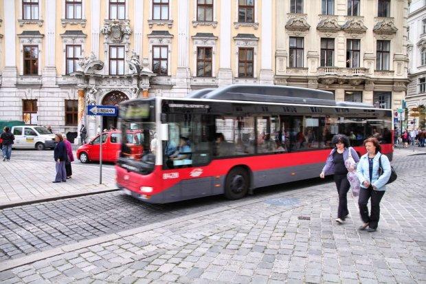Wiede�czycy przesiedli si� do komunikacji miejskiej. Liczba posiadaczy rocznych bilet�w przekroczy�a liczb� aut