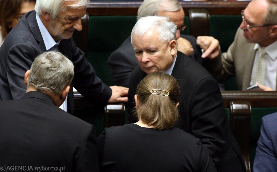 Prezes PiS Jarosław Kaczyński z posłami swojej partii w Sejmie