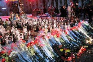 Morze kwiatów dla Niebiańskiej Sotni. Na Majdanie uczczono pamięć bohaterów protestów sprzed roku [ZDJĘCIA]