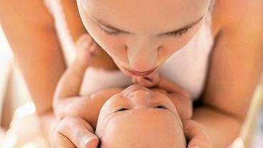 Pielęgnując maleńkie dziecko, warto wyciszyć się i wsłuchać w intuicję. Ona podpowie, co i jak robić.