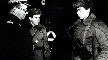 Generał Jaruzelski z gospodarską wizytą u żołnierzy. Stan wojenny, styczeń 1982 roku